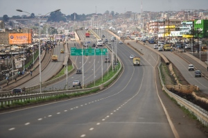 (121109) -- NAIROBI, Nov. 9, 2012 (Xinhua) -- Vehicles drive along the Nairobi-Thika Super Highway in Kenya, Nov. 8, 2012. Kenya's President Mwai Kibaki officially opened the Nairobi-Thika Super Highway on Friday.    (Xinhua/Ding Haitao)