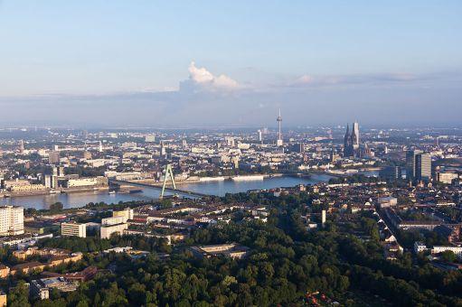 1024px-Ballonfahrt_über_Köln_-_Deutzer_Hafen,_Rhein,_Rheinauhafen,_Altstadt-RS-4106