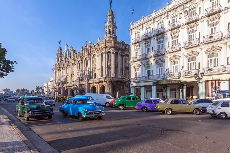 cuba-havana-old-town-great-theatre-cars