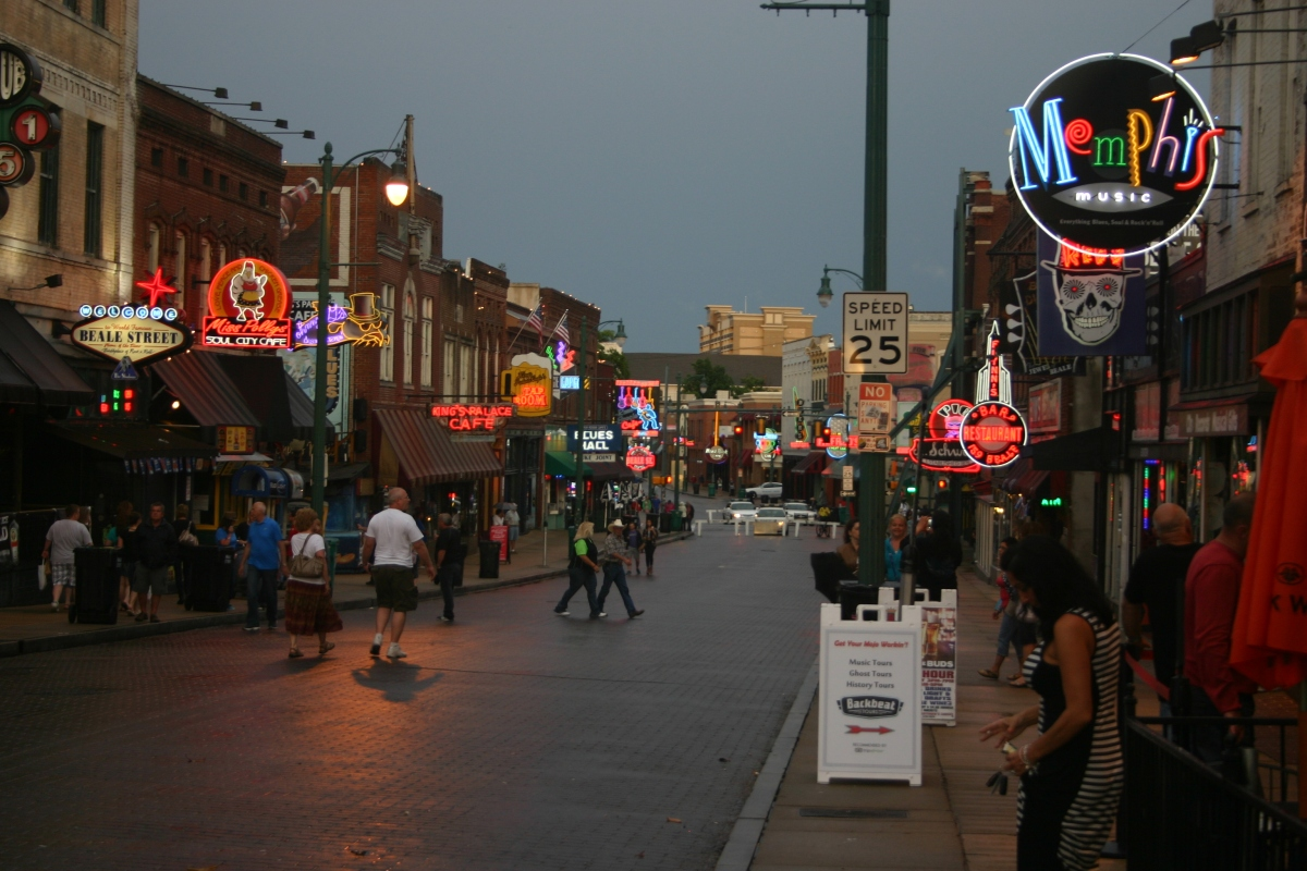 Looking_East_on_Beale_Street,_Memphis,_Tennessee,_June_2014