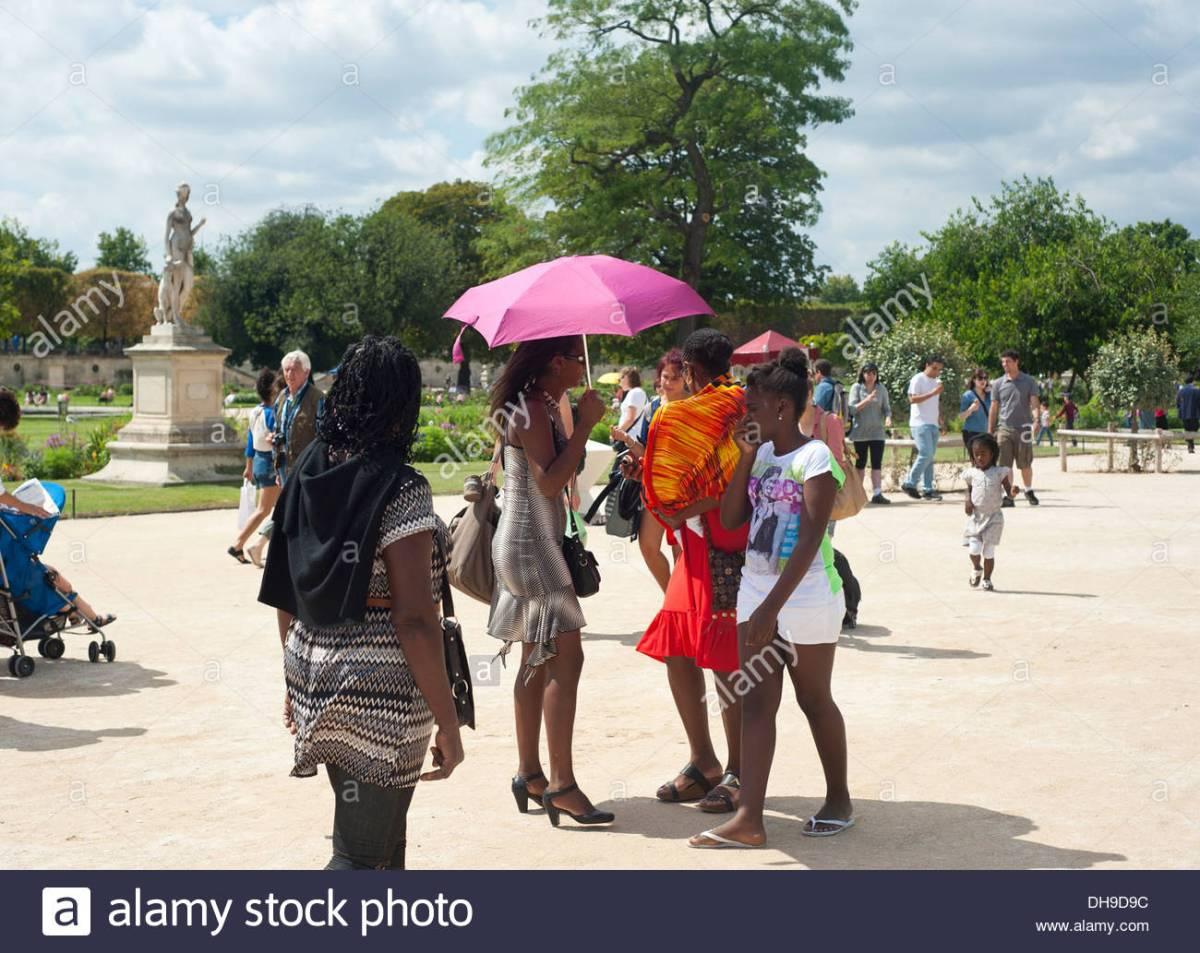 paris-france-african-tourists-at-the-jardin-des-tuileries-DH9D9C