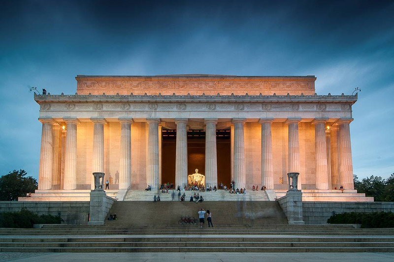 pixels.sh_visitors-to-the-lincoln-memorial-at-night_mydccool-via-crowdriff.jpg