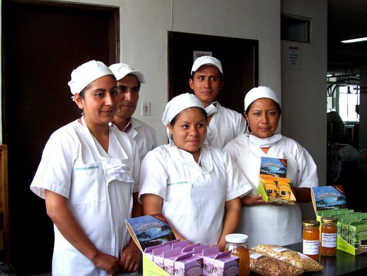 ecuador-yachama-gourments-workers-display-their-products-725x544.jpg