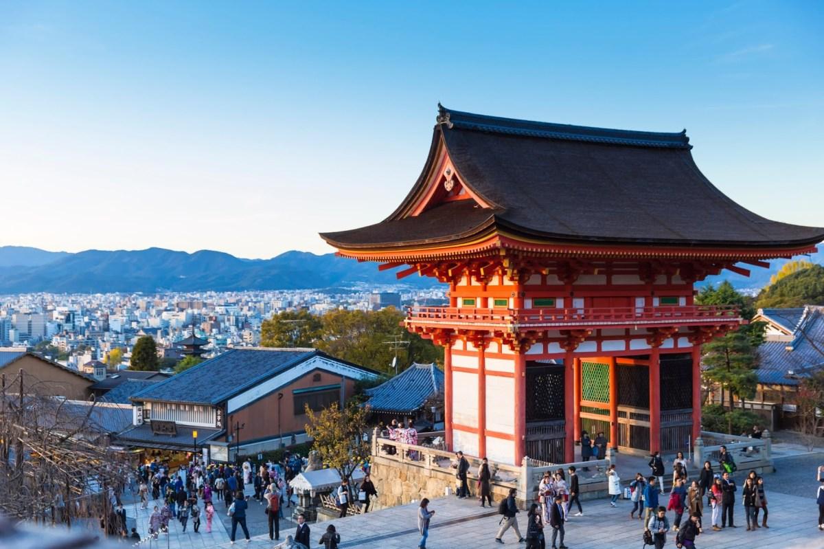 kyoto-tourists