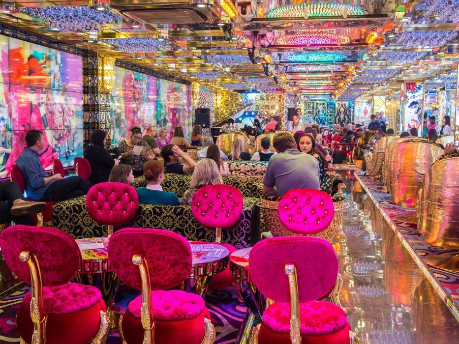 robot-restaurant-tokyo-review-2-933x700