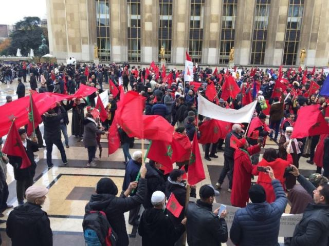 Moroccans-in-Paris-with-flag